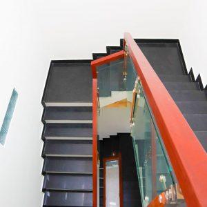 cầu thang nhà kdc hiệp thành 3 được làm bằng gỗ căm xe và kính cường lực