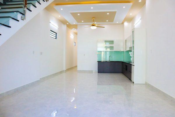 không gian phòng khách và bếp thông với nhau